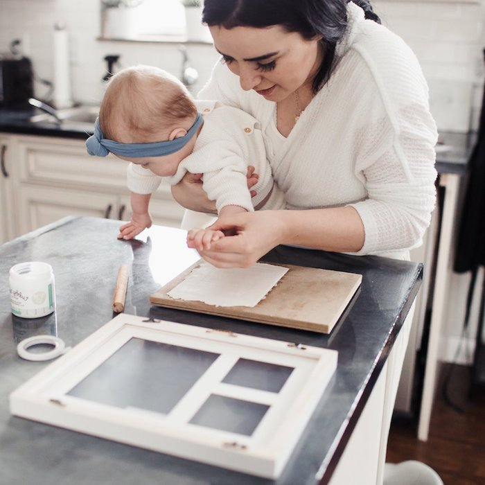 DIY Handabdruck in Modelliermasse, Deko für Babyzimmer selber machen mit Anleitung
