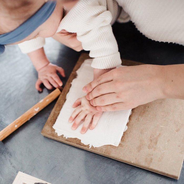 DIY Handabdruck aus Modelliermasse, coole DIY Idee für Mama und Baby, Deko für Babyzimmer