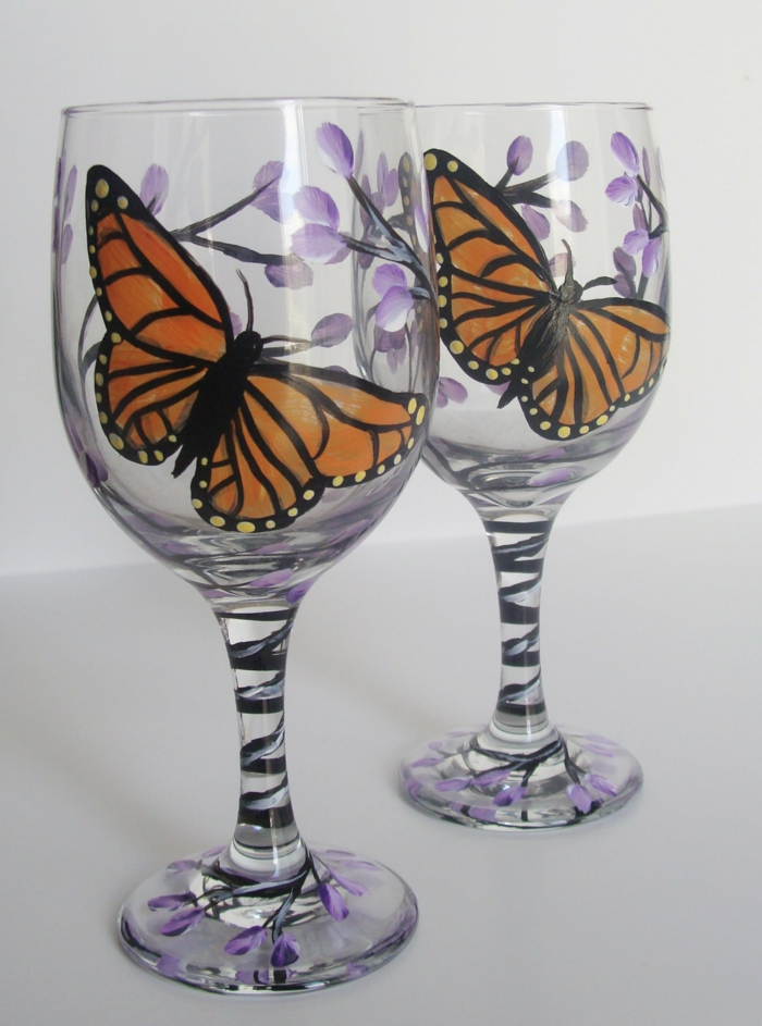 zwei Schmetterlinge und lila Blüten, kleine Stengel, Glas malen zur Hochzeit