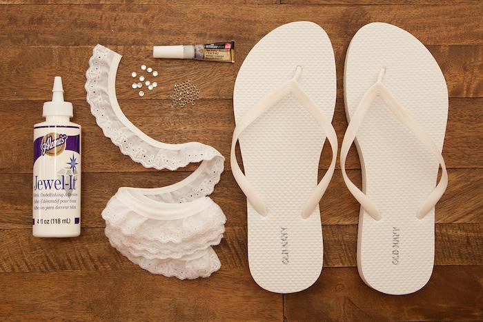 Lustige Idee für Hochzeitsgeschenk, weiße Flipflops mit Spitze und Perlen verzieren