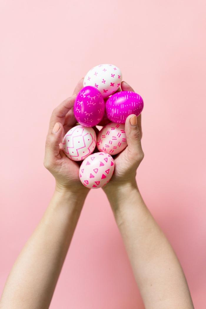 rosa und weiße Eier anmalen, verschiedene Muster, in rosa und weiß bemalt
