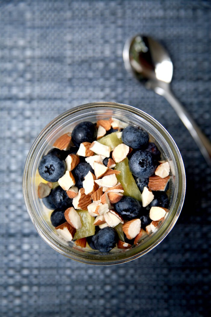 kalorienarmes frühstück in einmachglas selber machen, löffel, müsli mit blaubeeren und ananas