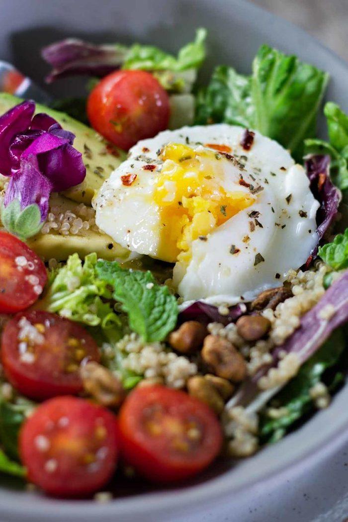 kalorienarmes frühstück selber machen, gemüse salat mit cherry tomaten, ei und nüssen