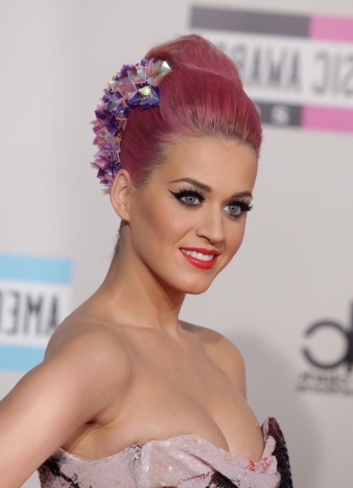 Katy Perry Hochsteckfrisur, rosa Haare, Kristallen im Haar, trägerloses weißes Abendkleid, Lidstrich und roter Lippenstift