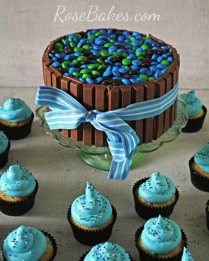 kinderriegel kuchen machen, geburtstagstorte für junge, blaue schleife, bunten bonbons, cupcakes