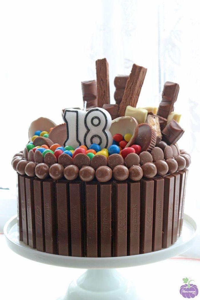 kinderriegel kuchen dekoriert mit bonbons, schokoladeneier und süßigkeiten, rote zum geburtstag