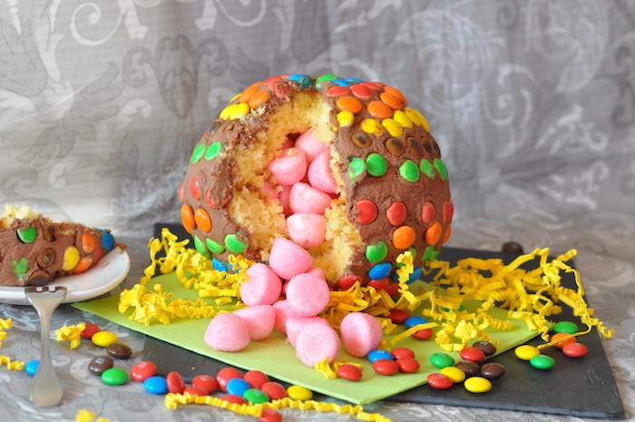 kinderschokolade torte, kindergeburtstag feiern, pinata befüllt mit rosa marshmallows