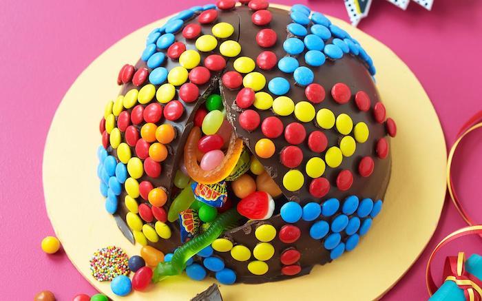 kinderschokolade torte pinata selber machen, bunten bonbons, schokolade, geleebonbons