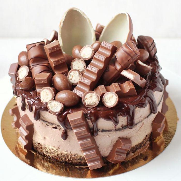 kinderschokoladen torte backen, geburtstagskuchen dekoriert mit schokoladesahne, kinderriegeln und schokoladeneiern