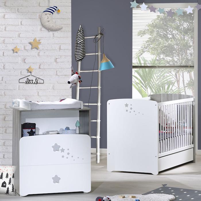 Babyzimmer in Pastellfarben, weiße Möbel, Sternchen überall, Mond mit Mütze, Leiter neben dem Babybett