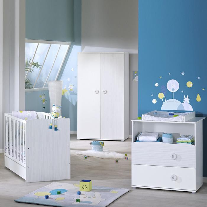 Babyzimmer in Blau, weiße Möbel, Wand Tattoos und kleine Spielzeuge
