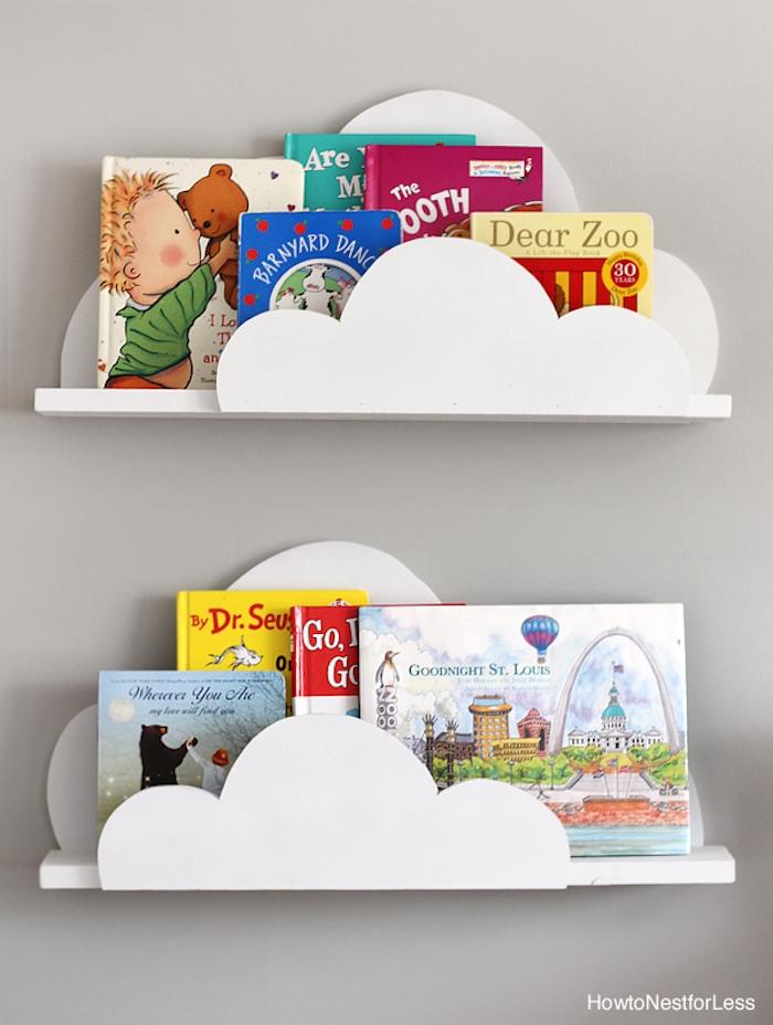 Weiße Holzregale als Wolken, viele Kinderbücher, Deko Ideen fürs Babyzimmer