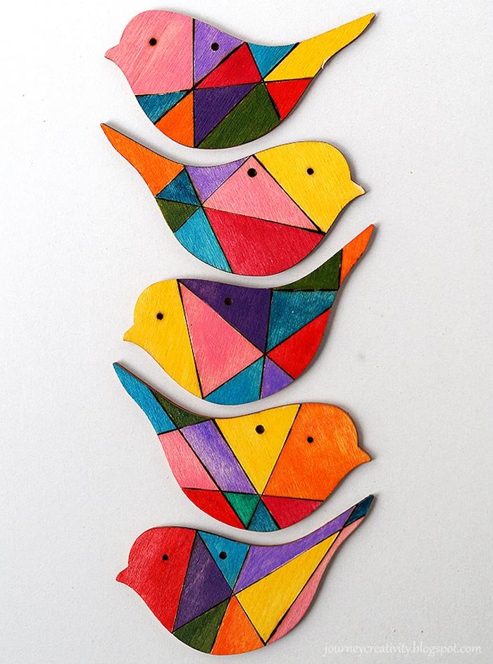 Bunte Mobile aus Holz in Form von Vögelchen selber machen, DIY Idee für Babyzimmer