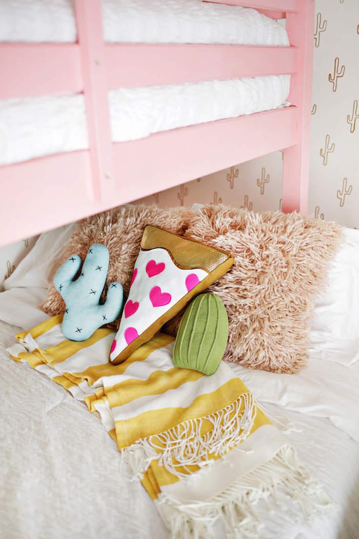 Lustige Deko Kissen, Pizza und Kakteen, Deko Ideen fürs Babyzimmer, rosa Bett