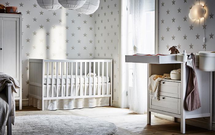 Babyzimmer Einrichtung, weiße Tapeten mit Sternchen, weiße Möbel