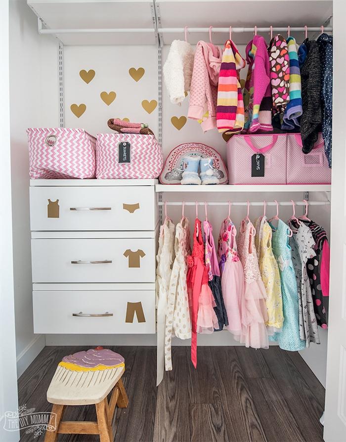 Kleiderschrank im Babyzimmer, goldene Aufkleber, bunte Kinderkleider, Cupcake Hocker