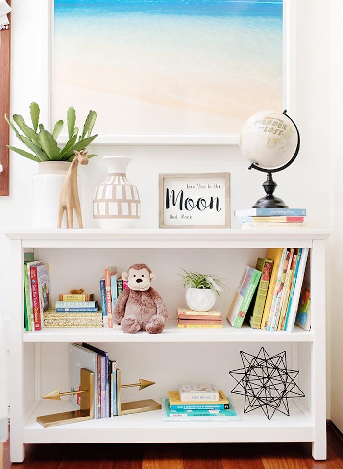 Vintage Kinderzimmer Einrichtung, weißes Regal, Bücher Vasen Plüschtiere Globus