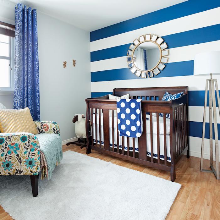 Babyzimmer für Junge in Blau und Weiß, Spiegel als Sonne, Sessel mit Blumenmuster, blaue Gardinen