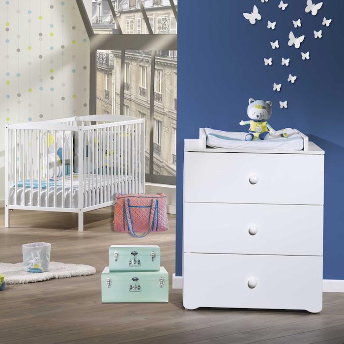 Babyzimmer Deko, kleine Schmetterlinge an der Wand, Wandfarbe Dunkelblau, Koffer auf dem Boden