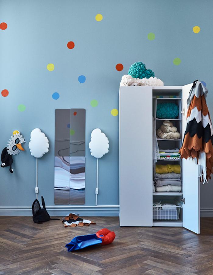 Wandfarbe Blau, bunte Punkte, Lampen als Wolken, Kleiderschrank im Kinderzimmer