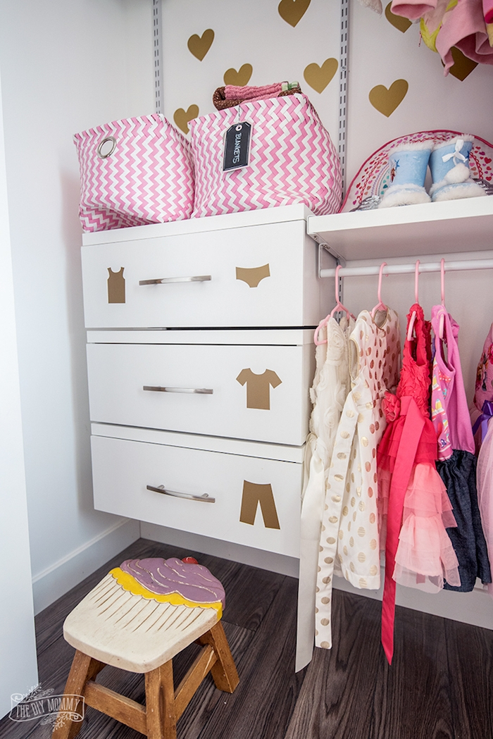 Kleiderschrank im Mädchenzimmer, Cupcake Hocker, goldene Aufkleber, weiße Schubladen