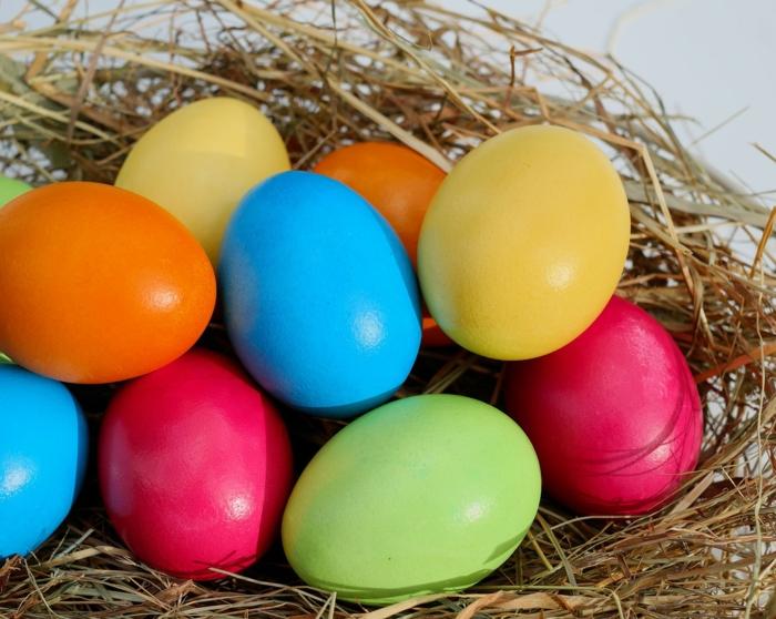Ostereierfarbe, klassische Technik für Färbung, grelle Farben in ein Nest gelegt