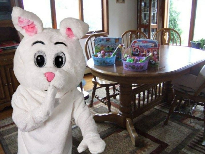 der Osterhase hat die Geschenke für die Kinder auf den Tisch gestellt, kleine Ostergeschenke