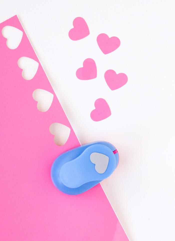 Kleine rosa Herzen ausschneiden und weißen Blumentopf verzieren, leichte DIY Idee zum Nachmachen