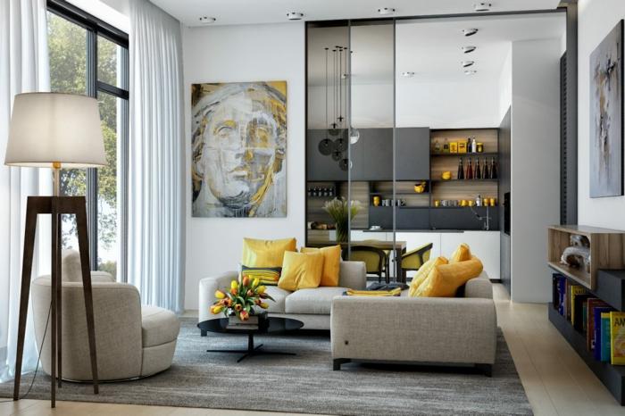 ein graues Sofa mit gelben Kissen, eine ausgefallene Stehlampe, Wohnzimmer gestalten