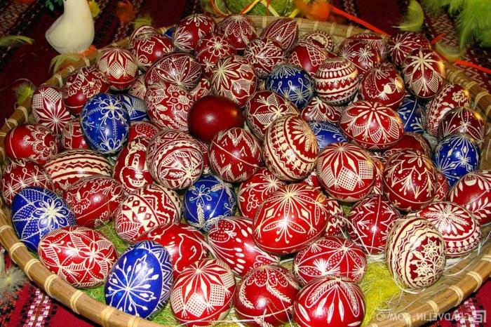blaue und rote Ostereierfarbe, mit weißen orientalischen Motiven dekoriert
