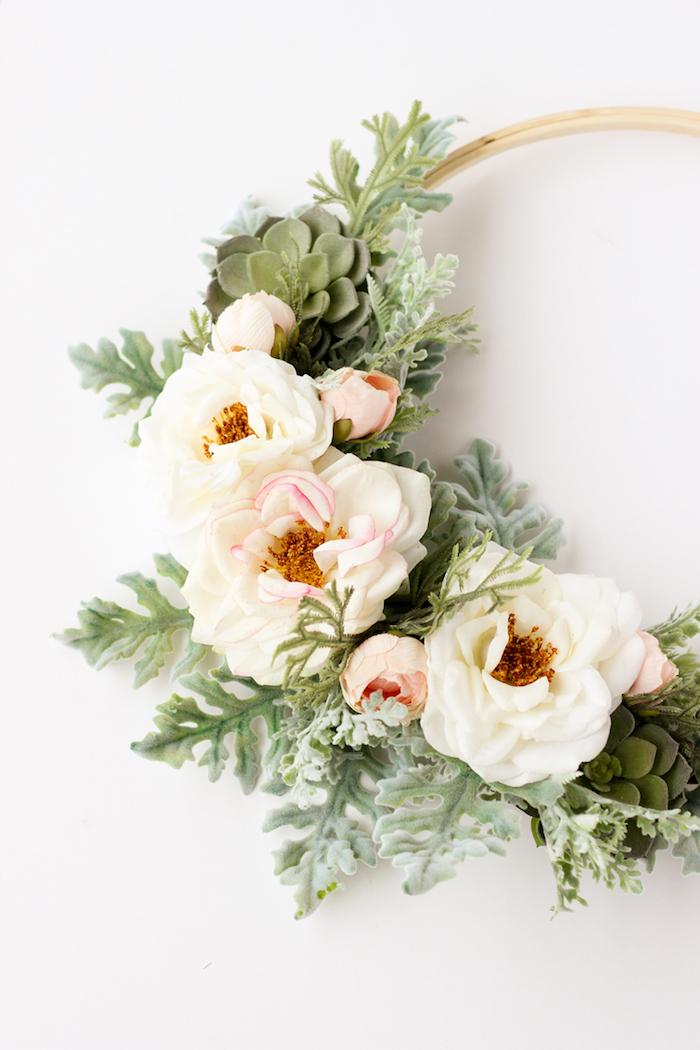 Blumenkranz für die Haustür, mit weißen Rosen, mit echten Blumen arbeiten, DIY Idee für Frühlingsdeko