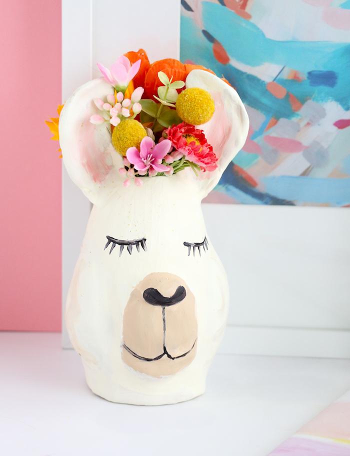 Kreative DIY Idee, Vase als Lama, bunte Blumen, Dekoration für Wohnzimmer