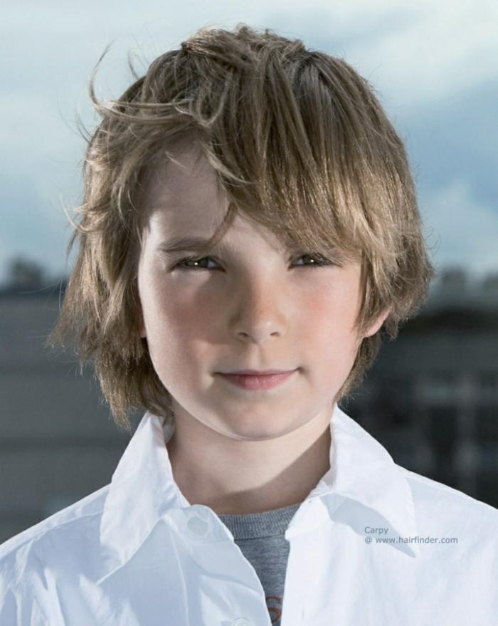 ein Junge mit langem blondem Haar, lässige Frisur, Kinderhaarschnitt