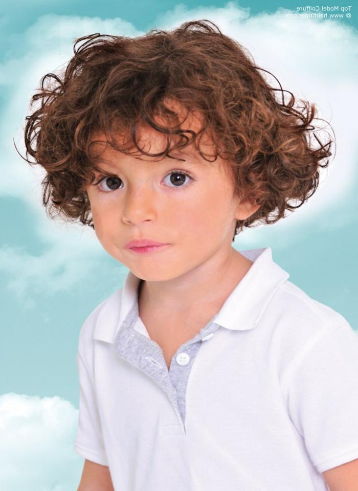 ein Junge mit langen braunen Locken, so ein süßer kleiner Herr mit großen Augen