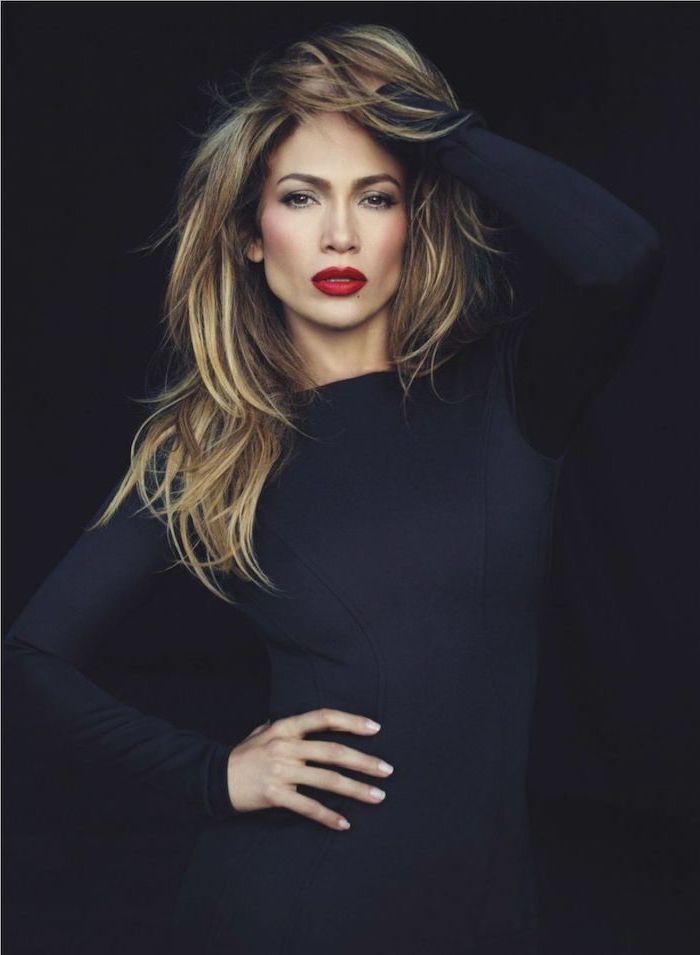 Jennifer Lopez Balayage Frisur, lange Haare, roter Lippenstift, schwarzes Kleid mit langen Ärmeln