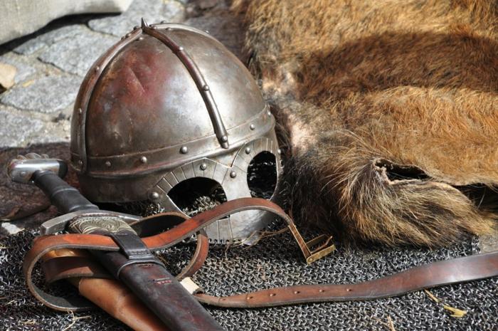 ein Helm, ein Schwert und eine Rüstung für LARP