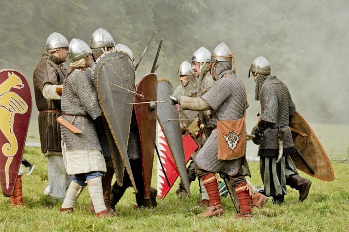 zwei Gruppen von Rittern, die LARP spielen