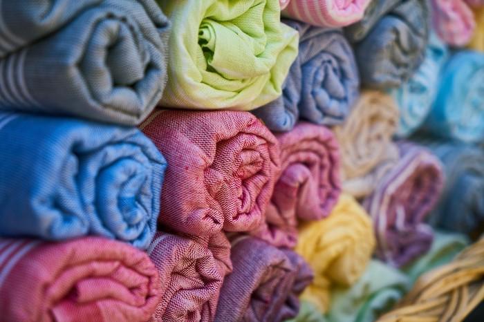Leichte Baumwollstoffe und dezente Farben sind für ein Sonnensegel gut geeignet