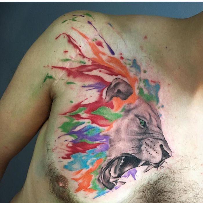 löwe bedeutung, mann mit goroßer tätowierung an der brust, wasserfarben tattoo