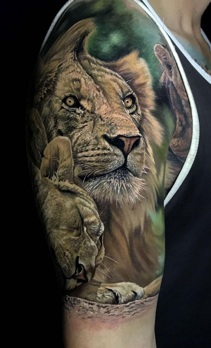 löwe bedeutung, realistische 3d-tätowierung am oberarm, löwin mit kleinem löwe