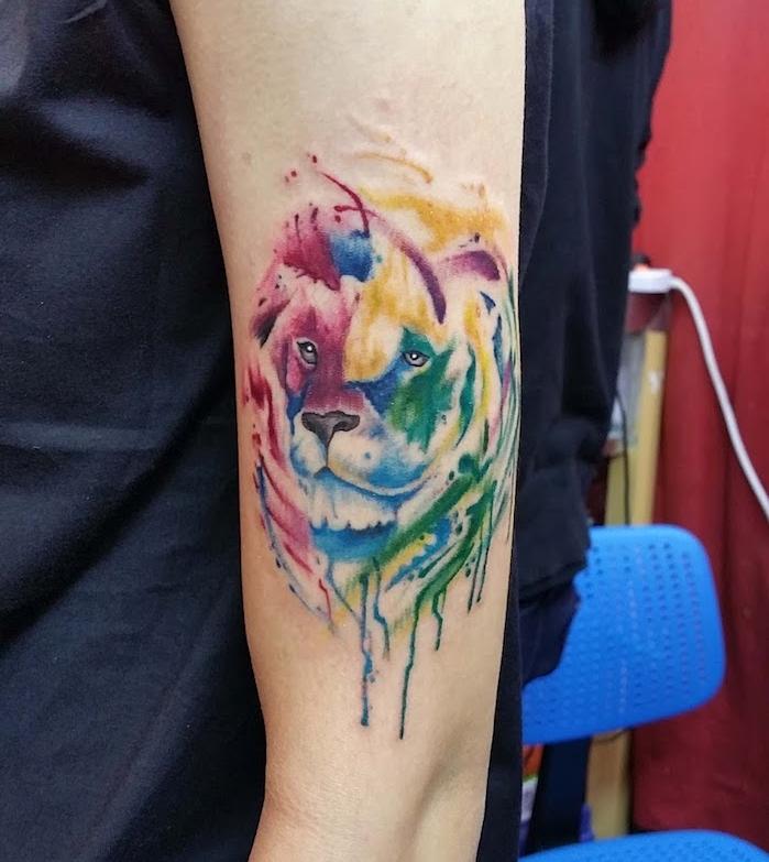 löwe bedeutung, tattoos für frauen, wasserfarben tattoo mit löwen-motiv, arm