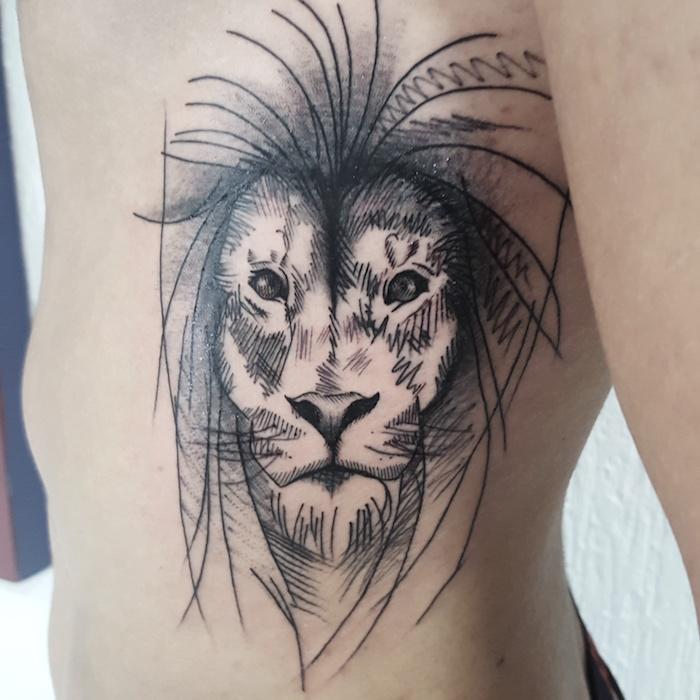 mann mit löwenkopf tattoo an der körperseite, tätowierung mit löwen-motiv