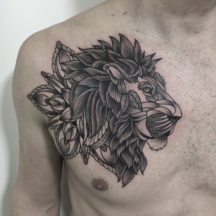 löwenkopf tattoo an der brust, löwe in kombination mit mandala motiven, abstrakte tätowierung