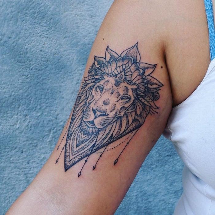 läwenkopf tattoo am oberarm, kleine tattoo-motive für frauen, mandala elemente