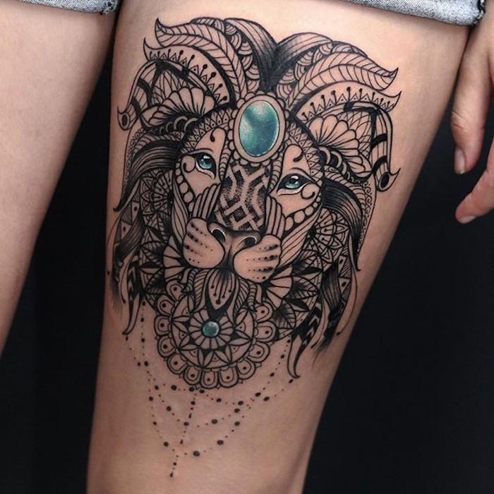 löwenkopf tattoo mit mandala motiven, löwe mit blauen kristallen, oberschenkel tattoo