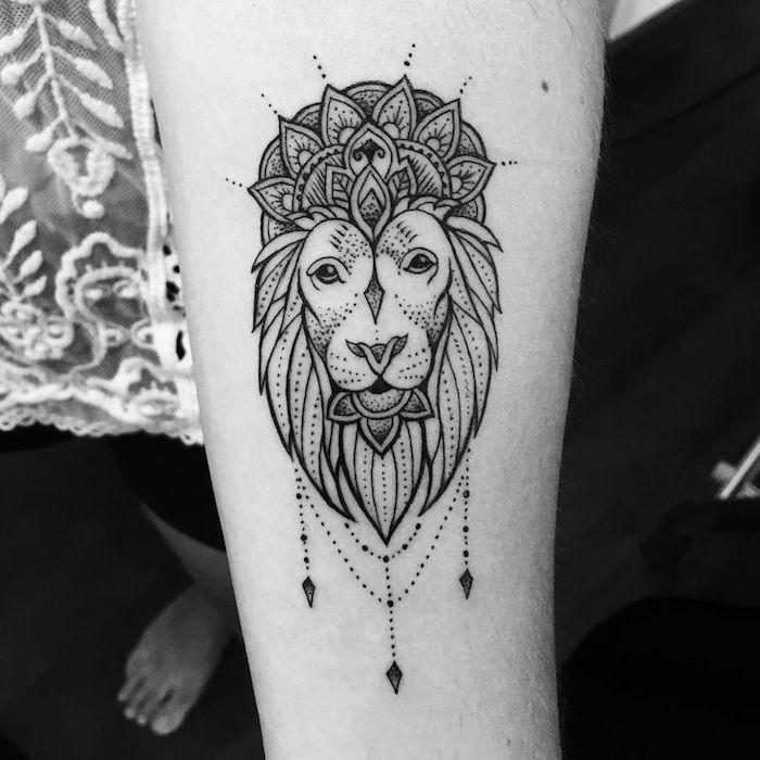 löwenkopf zeichnung, kleine tätowierung am unterarm, mandala elementen, arm tattoo
