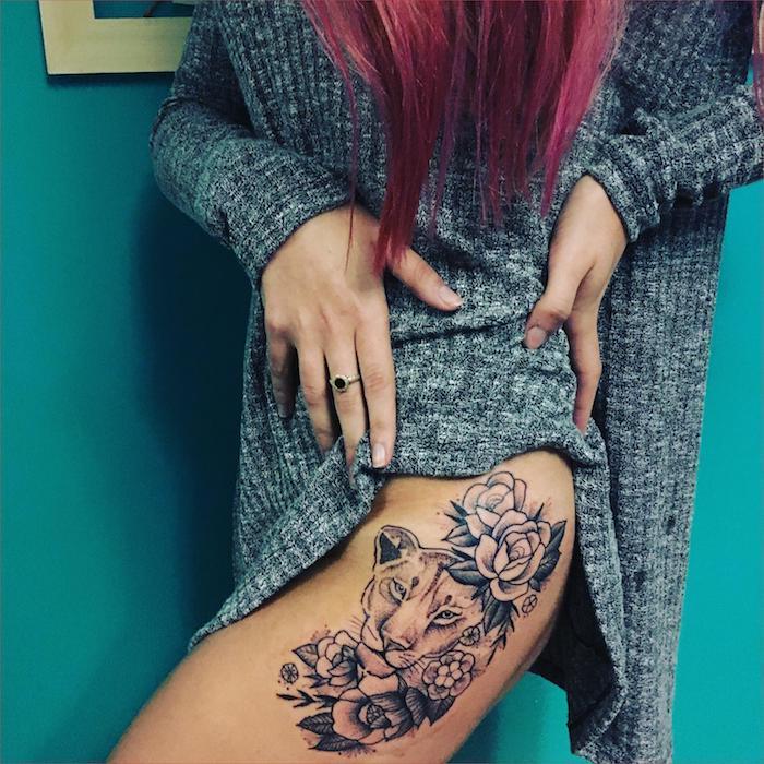 frau mit löwin tattoo am oberschenkel, löwinkopf in kombination mit weißen rosen, tattoos für frauen