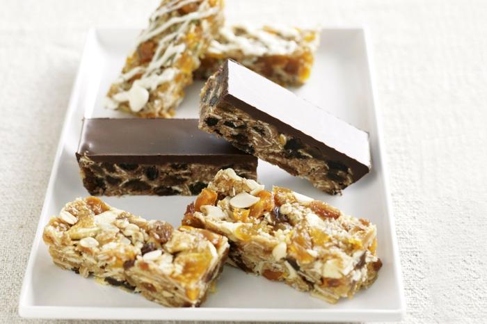 energieriegel selber machen idee mit oder ohne topping, glasur aus schokolade nüsse flocken riegel formen