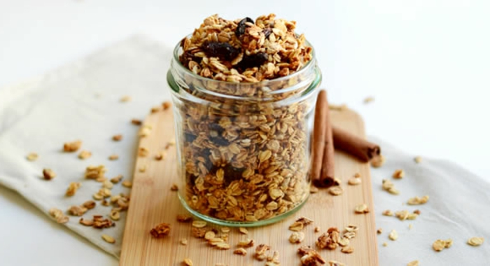 low carb müsliriegel mit viel zimt und nüssen, haferflocken, schokolade, einmachglas, schnell lecker