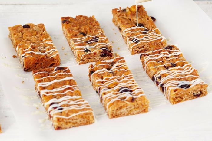 müsliriegel grundrezept, klassische riegel selber machen mit weißer schokolade als topping, samen, kerne, früchte